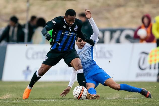 Colorado Springs Switchbacks control the ball against Rio Grande Valley FC