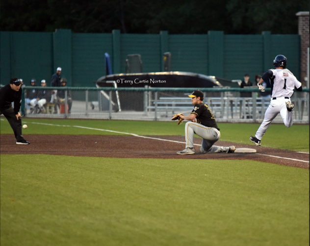 Duluth Huskies beat out a throw to first