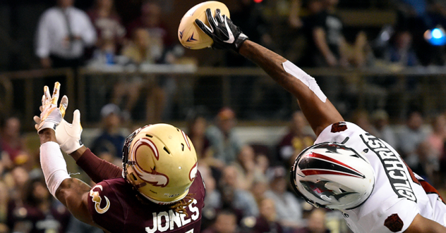 Jacksonville Sharks wide receiver Chris Gilchrist makes a leaping grab