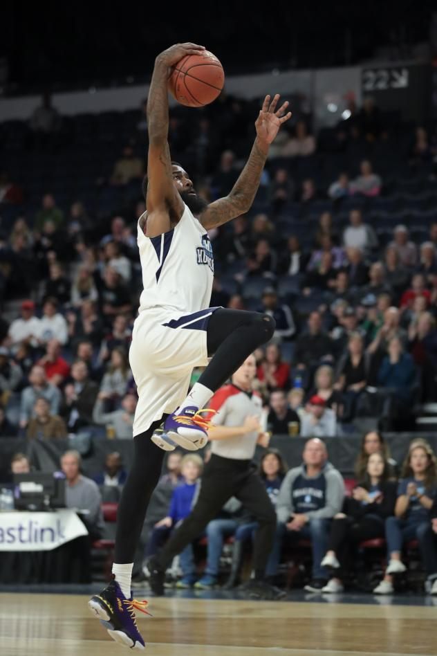 Halifax Hurricanes with the ball against the Moncton Magic