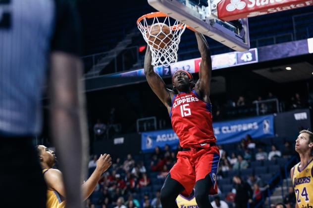 Agua Caliente Clippers forward Johnathan Motley dunks against the South Bay Lakers