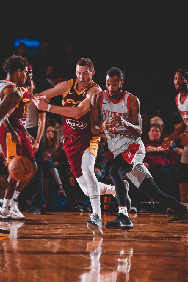 Canton Charge and Rio Grande Valley Vipers race for a loose ball