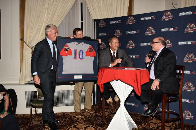 Williamsport Crosscutters retire Pat  Borders jersey at Hot Stove Banquet