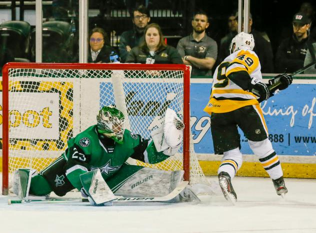 Texas Stars goaltender Jake Oettinger makes a save against the Wilkes-Barre/Scranton Penguins