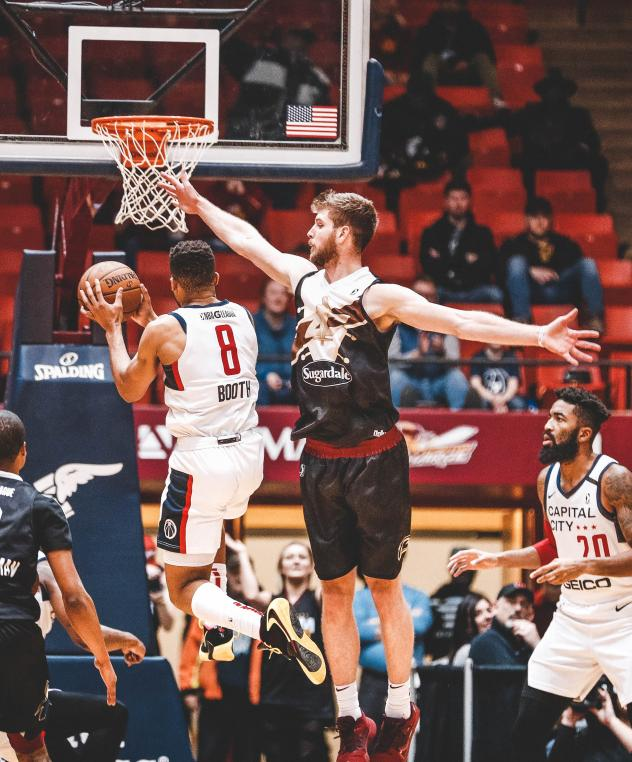 Canton Charge defend against the Capital City Go-Go