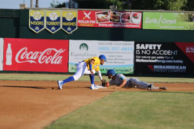 Alay Lago of the Sioux Falls Canaries makes the tag at second