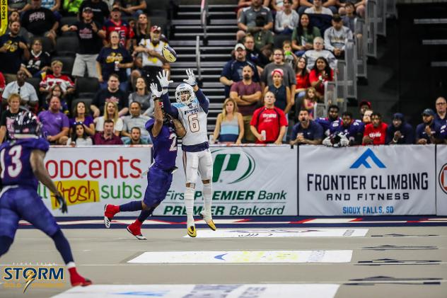 Sioux Falls Storm contest a pass against the Frisco Fighters