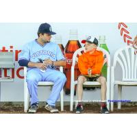 Victoria HarbourCats catcher Silas Grinstead with a young fan from Germany